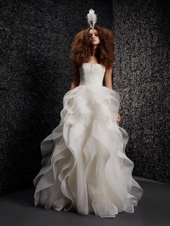 parte delantera vestido novia princesa espalda descubierta escote palabra honor jeaninne